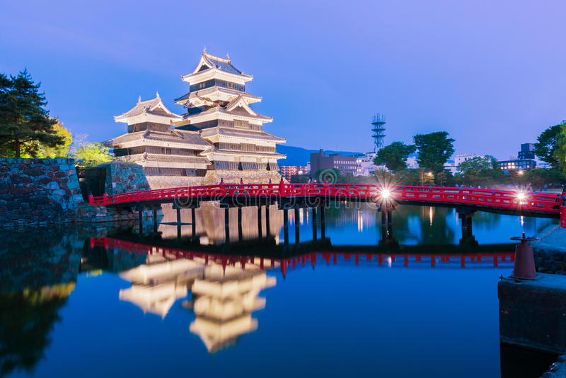 Matsumoto slott & x28; Matsumoto-jo& x29; historisk gränsmärke på natten med arkivbild