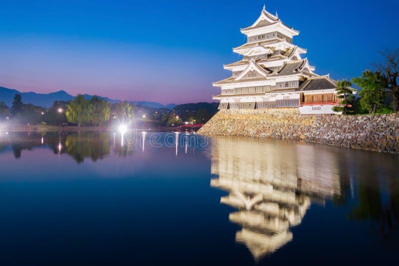 Matsumoto slott & x28; Matsumoto-jo& x29; historisk gränsmärke på natten med fotografering för bildbyråer