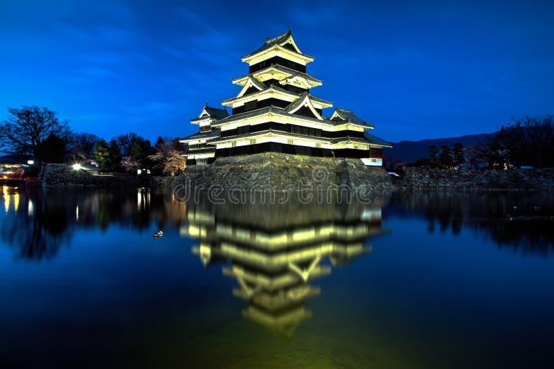 Matsumoto slott under den blåa timmen arkivfoto