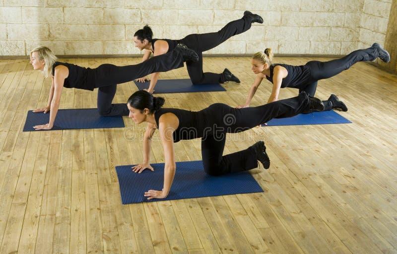 matt sträckande yoga för övning arkivbild