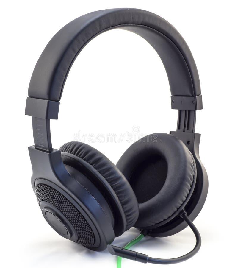 Matt svärtar hörlurar med en hörlurar med mikrofon med en isolerad grön tråd arkivfoton