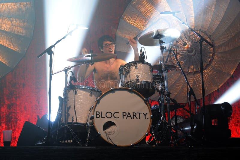 Matt Tong, von Bloc Party-Band, spielt die Trommeln am Razzmatazz-Vereinkonzert lizenzfreies stockfoto