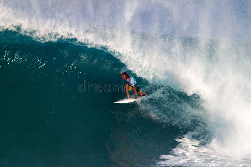 Matt Wilkinson che pratica il surfing nei supervisori della conduttura immagine stock