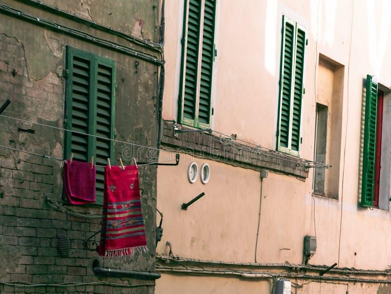 Matta i husfönstret för gränd förutom arkivbilder