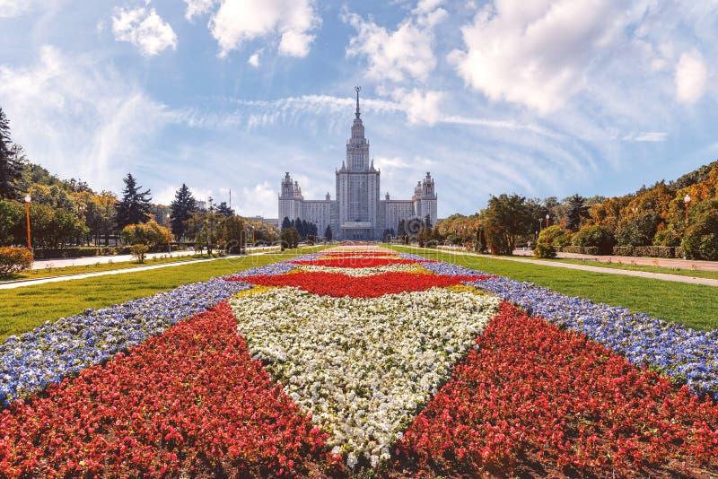 Mattan av blommor framme av Moskvadelstatsuniversitetet arkivbild