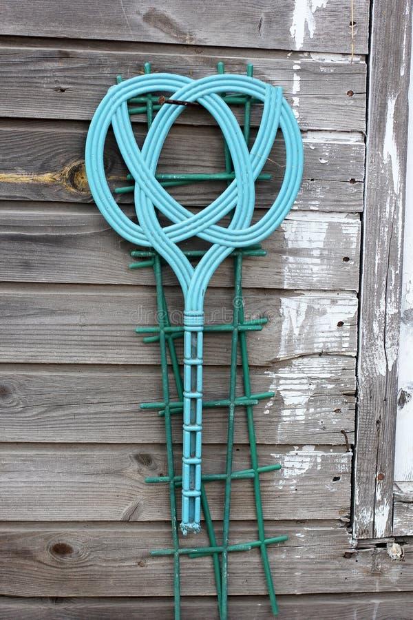 Mattdrevkarl som hänger på träbakgrund royaltyfri fotografi