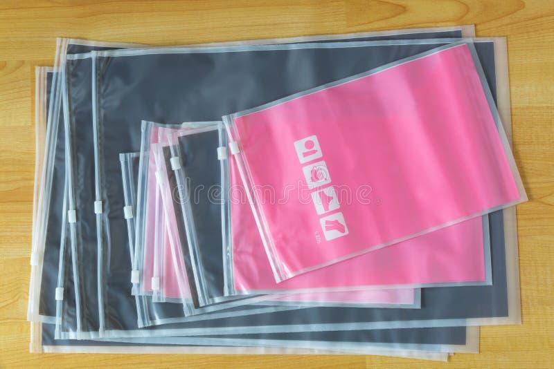 Matte plast- blixtlås, beträffande-sealable lopppåsar som lagrar sockor, underkläder, elektroniska grejer, skönhetsmedel royaltyfri bild