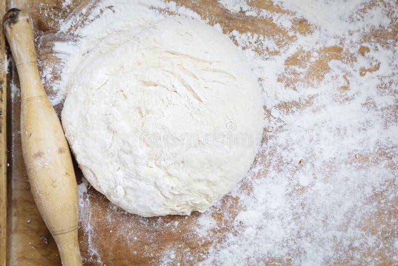 Matterello e pasta sul bordo di legno Pasta per Baking Vista superiore immagine stock libera da diritti