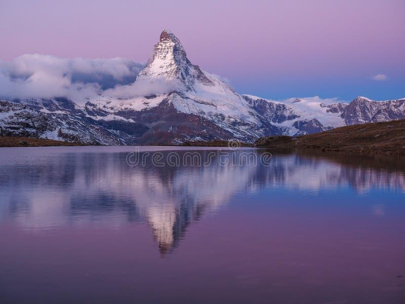 Matterhorn στα ξημερώματα με το relfection σε StelliSee, Zermat στοκ εικόνα