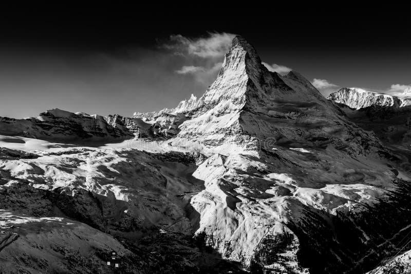 Matterhorn berg som täckas av moln arkivfoto