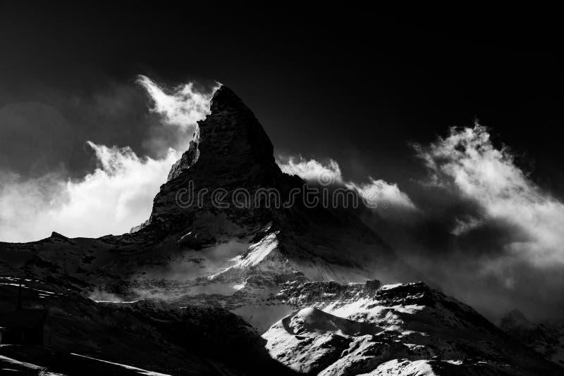 Matterhorn berg som täckas av moln royaltyfria bilder