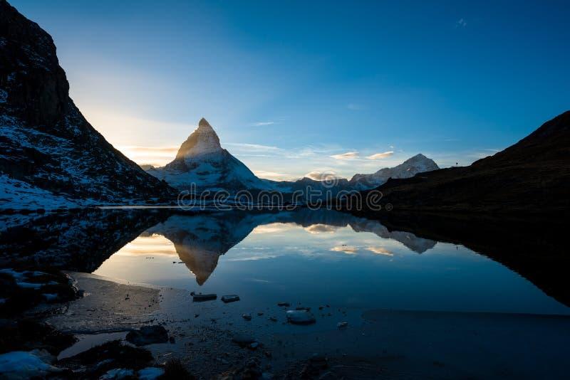 Matterhorn Blanche od Riffelsee halnego jeziora above i Dente zdjęcie stock