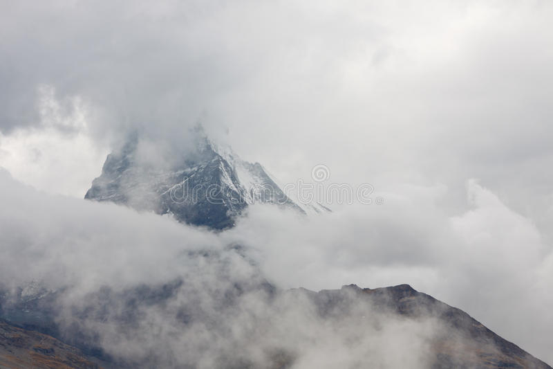 Matterhorn che dà una occhiata attraverso le nubi di pioggia fotografia stock libera da diritti