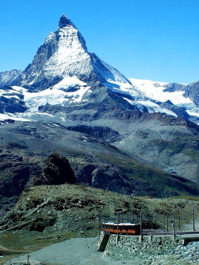 Matterhorn con il treno fotografia stock