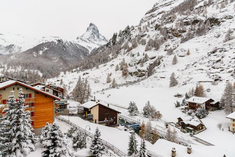 Matterhorn de village de Zermatt pendant l'hiver photos libres de droits