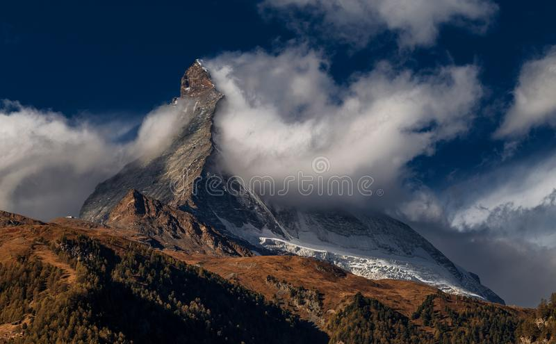 Matterhorn in den Wolken - der berühmteste Berg der Alpen Zermatt switzerland lizenzfreie stockfotos