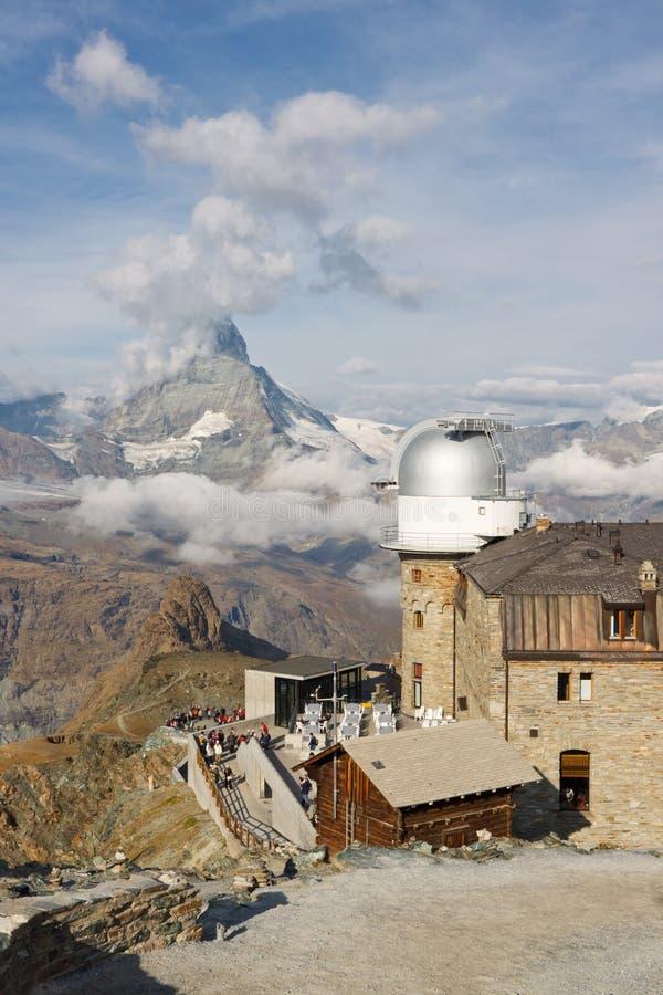 Matterhorn e obervatório em Gornergrat foto de stock