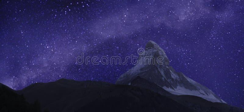 Matterhorn en Melkweg stock fotografie
