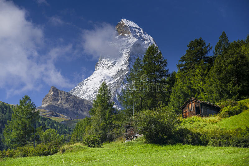 Matterhorn en oude hut in de zomerdag royalty-vrije stock fotografie
