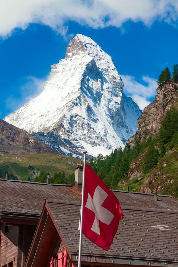 Matterhorn met Zwitserse vlag stock afbeelding