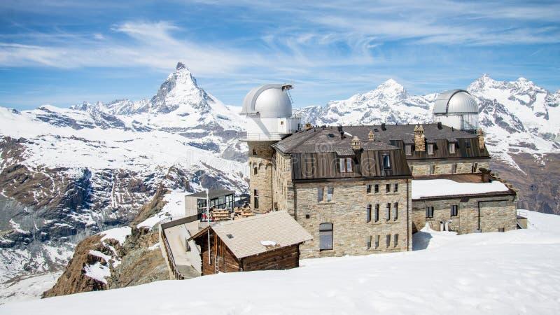 Matterhorn och den Gornergrat observatoriet under vinter royaltyfri bild