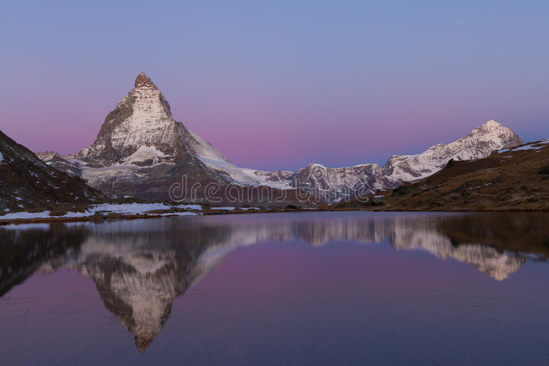 Matterhorn reflejó en el Riffelsee fotos de archivo