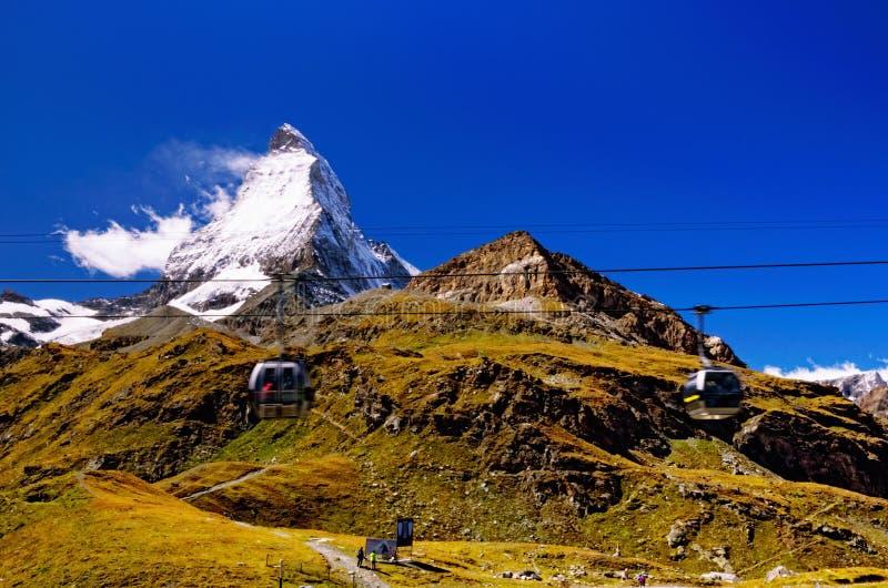 Matterhorn-Schweizer-Alpen; Drahtseilbahn-Gondeln im Vordergrund lizenzfreie stockfotos
