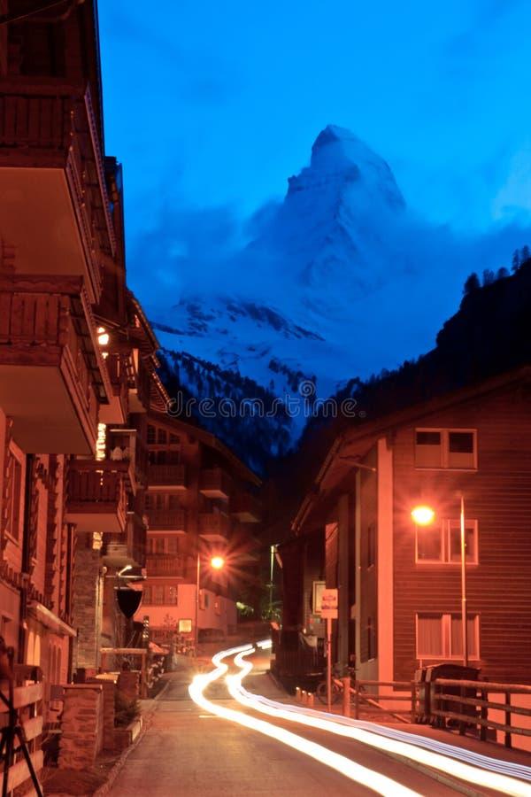 Matterhorn-Spitze mit heller Spur von der Zermatt Stadt stockbild