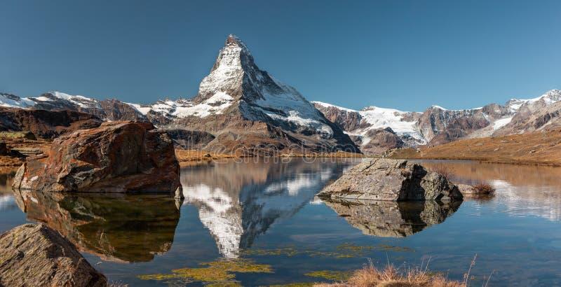 Matterhorn-Spitze und Seereflexion lizenzfreie stockbilder