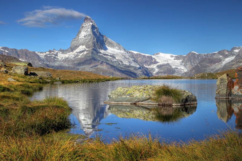 Matterhorn vom See Stelliesee 07, die Schweiz lizenzfreie stockbilder