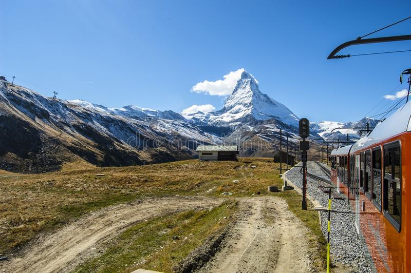 Matterhorn vom Zug lizenzfreie stockbilder