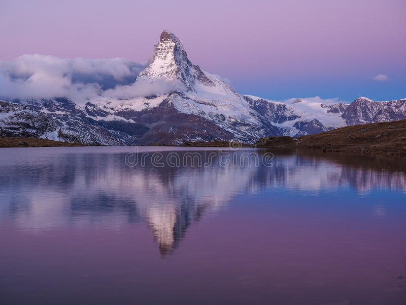 Matterhorn w wczesnym poranku z relfection w StelliSee, Zermat obraz stock