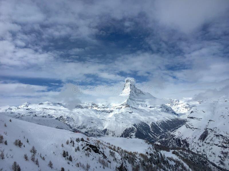 Matterhornberg voor een blauwe hemel met wolken in Zermat royalty-vrije stock foto's
