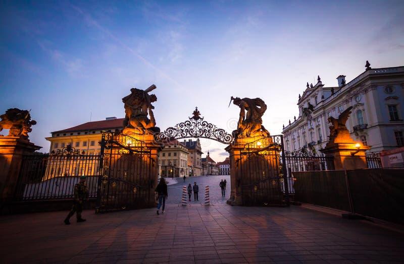 Matthias brama, Hradcany Grodowy Praga przy nocą fotografia royalty free
