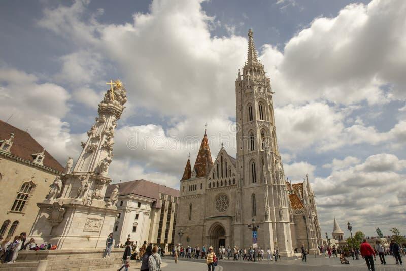 Matthias Church en Heilig Drievuldigheidsstandbeeld Boedapest Hongarije royalty-vrije stock foto