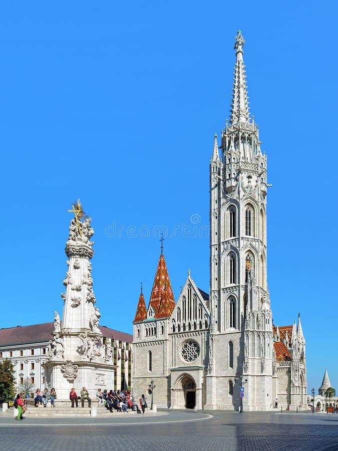 Matthias Church en Heilige Drievuldigheidskolom in Boedapest, Hongarije stock fotografie