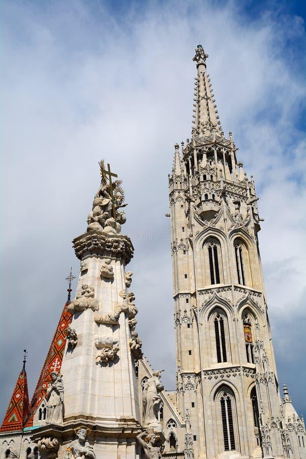 Matthias Church en het standbeeld van de Heilige Drievuldigheid, Boedapest, HU royalty-vrije stock afbeelding