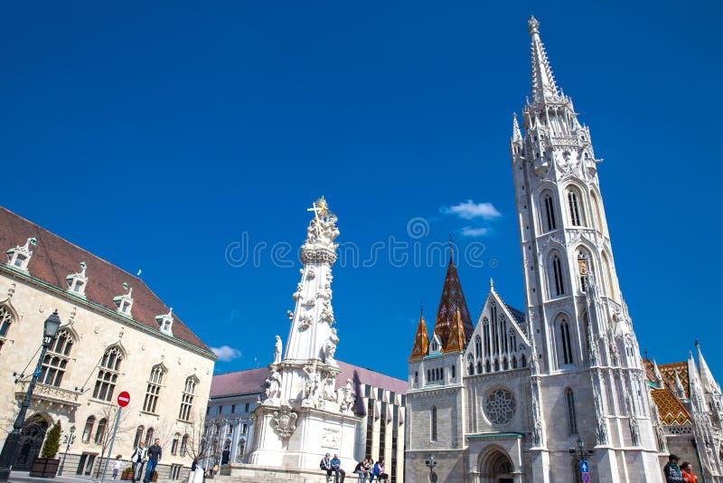 Matthias Church en het Standbeeld van de Heilige Drievuldigheid centraal bij Buda Castle District royalty-vrije stock foto's