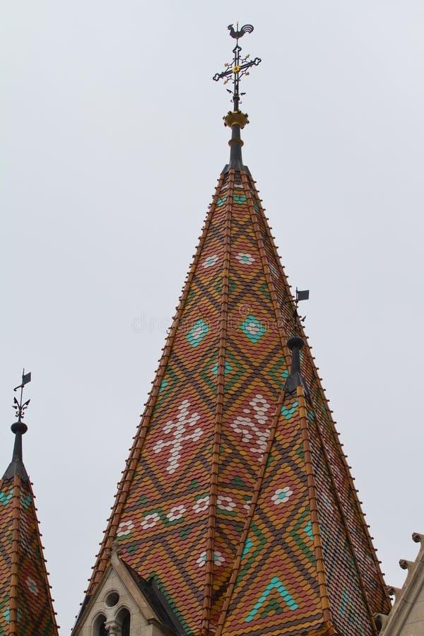Matthias Church en la colina del castillo, cerca del bastión del pescador en Buda Castle District, modelo de la teja sobre los de foto de archivo libre de regalías