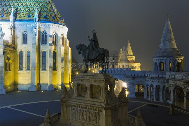 Matthias Church At Night em Buda Castle foto de stock