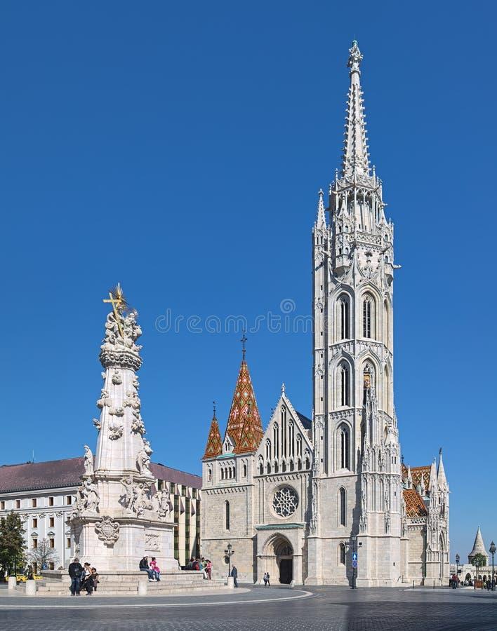 Matthias Church und Dreifaltigkeitssäule in Budapest, Ungarn lizenzfreie stockfotos