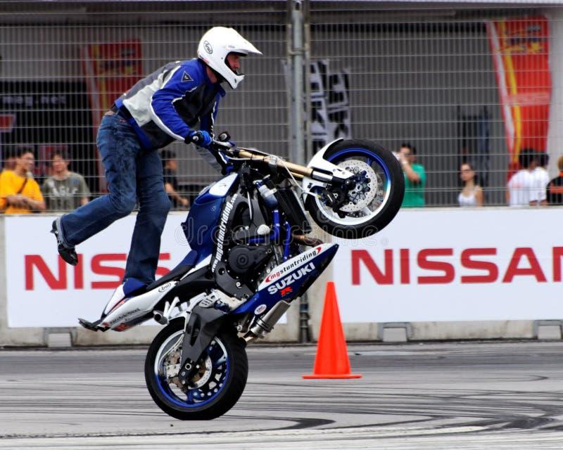 Mattie Greif, der einen Wheelie durchführt lizenzfreies stockbild