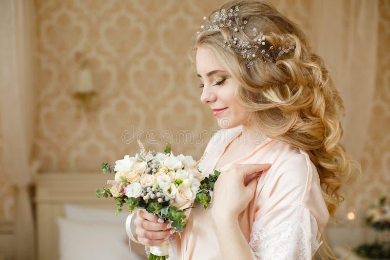 Mattina abbastanza giovane di nozze del ` s della sposa immagini stock