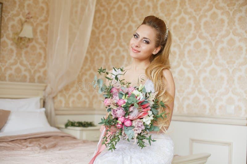 Mattina abbastanza giovane di nozze del ` s della sposa fotografia stock