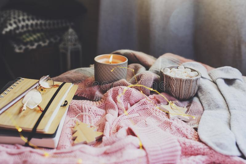 mattina accogliente di inverno o di autunno a casa I dettagli di natura morta con la tazza di cacao caldo, la candela, libro di s immagini stock libere da diritti