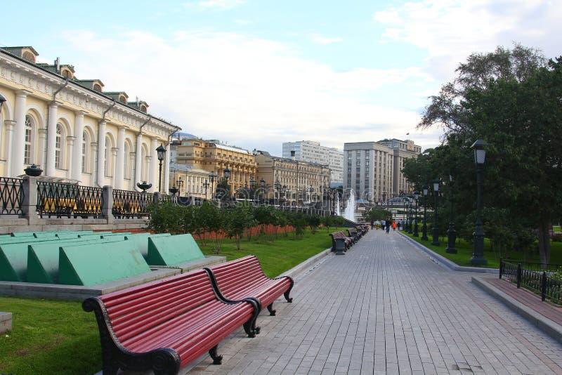 Mattina in Alexander Garden del Cremlino di Mosca immagine stock libera da diritti