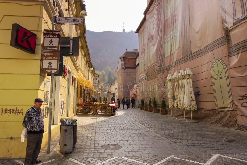 Mattina calma in Brasov, su una delle vie principali nel centro storico della città fotografia stock