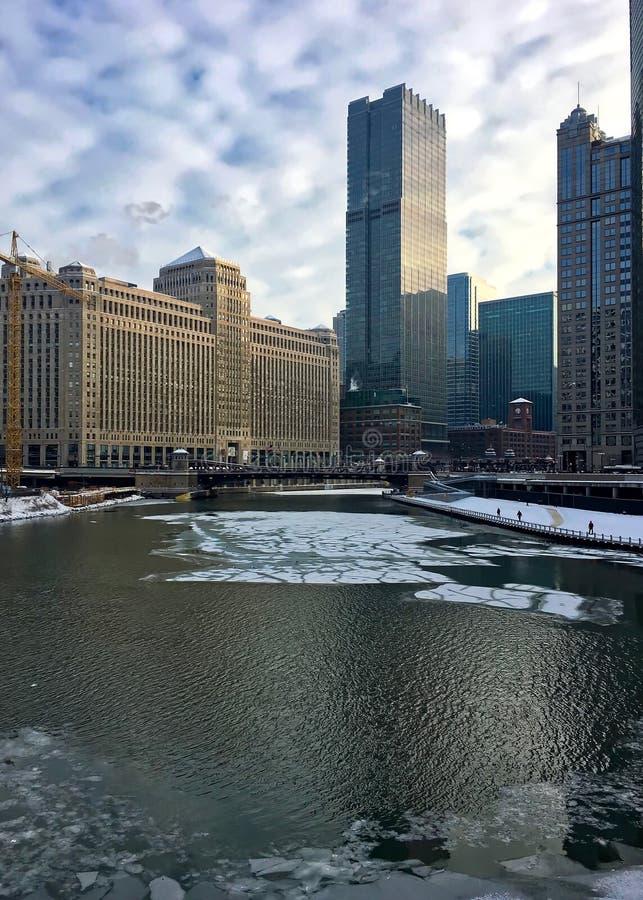 Mattina in Chicago con cloudscape interessante sopra Chicago River ghiacciato nell'inverno fotografia stock libera da diritti