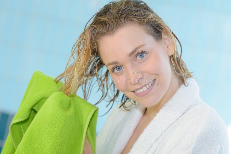 Mattina dell'accappatoio dell'asciugamano dei capelli di secchezza della stanza del letto della giovane donna immagini stock