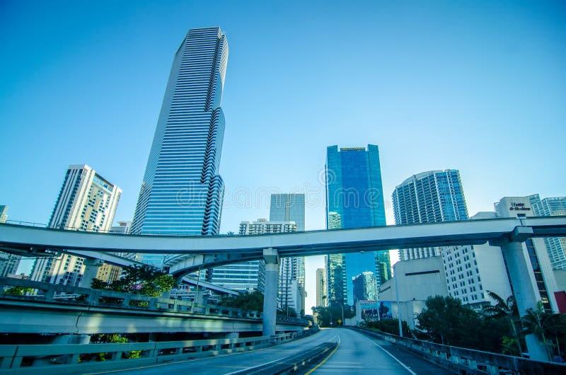 Mattina dell'orizzonte della città di Miami Florida con cielo blu immagine stock